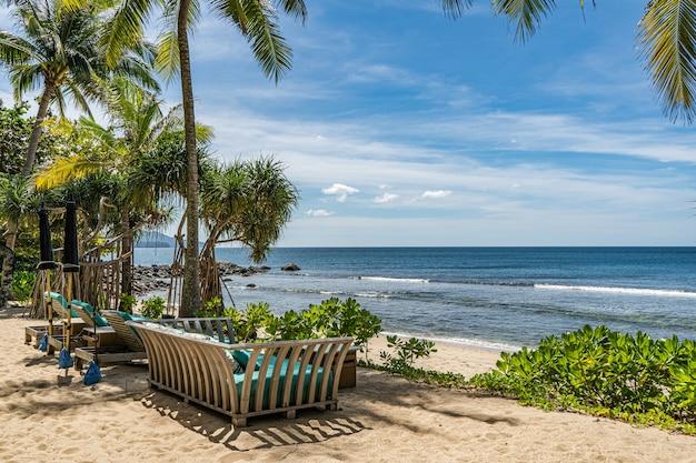Liegestühle mit blick auf die andamanensee im süden thailands.