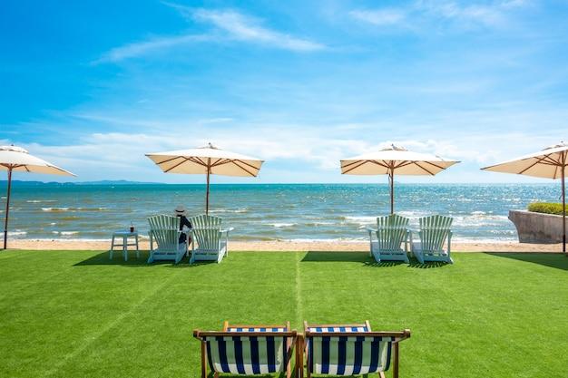 Liegestühle mit sonnenschirm am strand