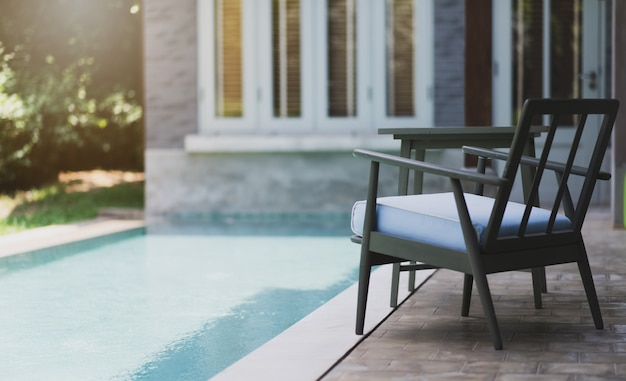 Liegestühle neben dem pool