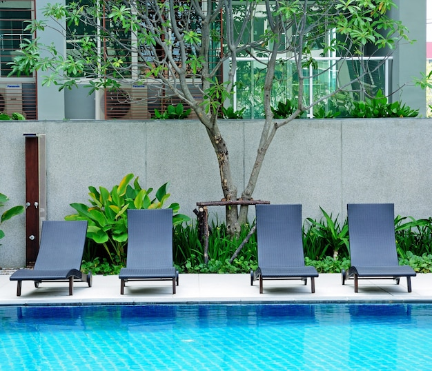 Liegestühle side swimming pool