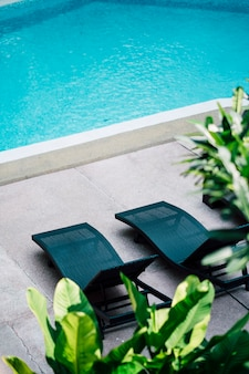 Liegestuhl am schwimmbad