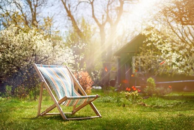 Liegestuhl auf einem hintergrund eines ländlichen hauses im sommer