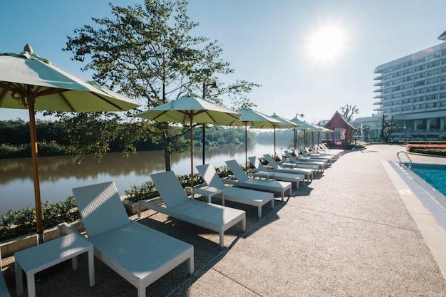 Liegestuhl und schwimmbad im hotel