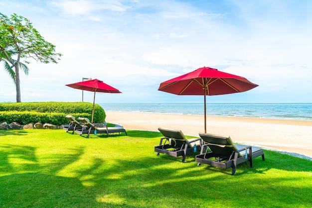 Liegestuhl und sonnenschirm mit ocean sea beach