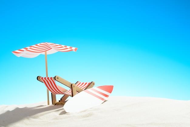 Liegestuhl unter einem sonnenschirm und einem surfbrett am sandstrand