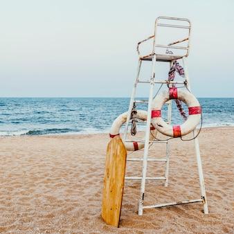 Life guard stuhl schwimmboje sea shore konzept