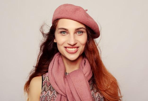Lifestyle, beauty und people-konzept. schönheit redhair mädchen, das rosafarbenes barett trägt
