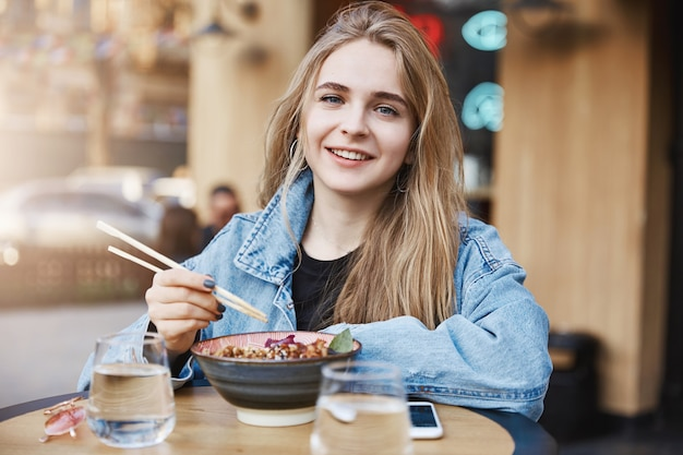 Lifestyle-blogger, der eine bewertung für ein neues asiatisches restaurant in der stadt abgibt
