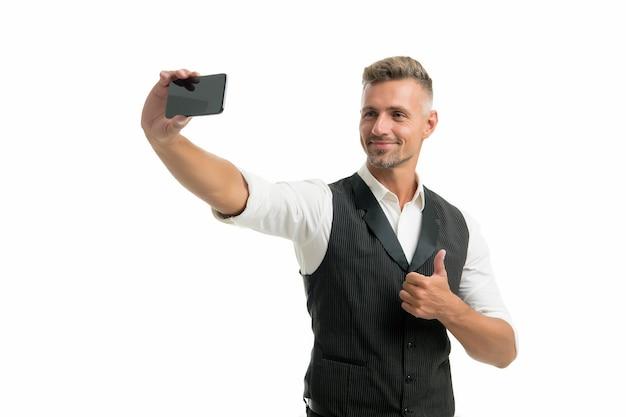 Lifestyle-blogger. gut aussehender, gepflegter mann, der selfie-foto für persönlichen blog macht. online-blog. digitales influencer-konzept. kommunikation per videoanruf. persönliche blog-social-networks. ausgereift und modern.