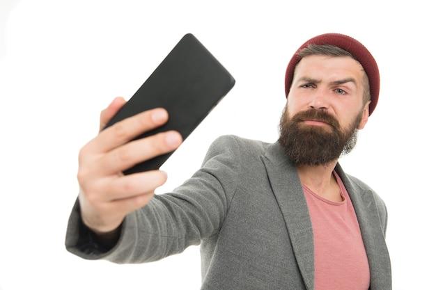 Lifestyle-blogger. hübscher hipster, der selfie-foto für persönlichen blog macht. teilen sie das leben im online-blog. digitales influencer-konzept. kommunikation per videoanruf. online-stream. persönliche blog-social-networks.