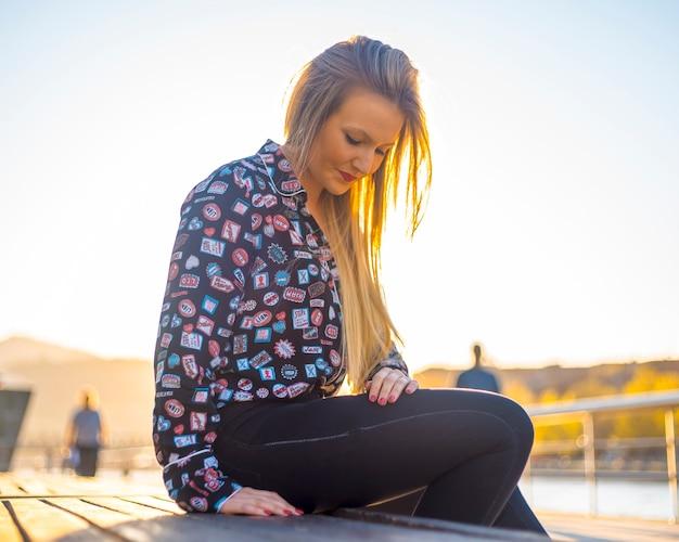 Lifestyle, eine junge blondine in der stadt bilbao an der flusspromenade