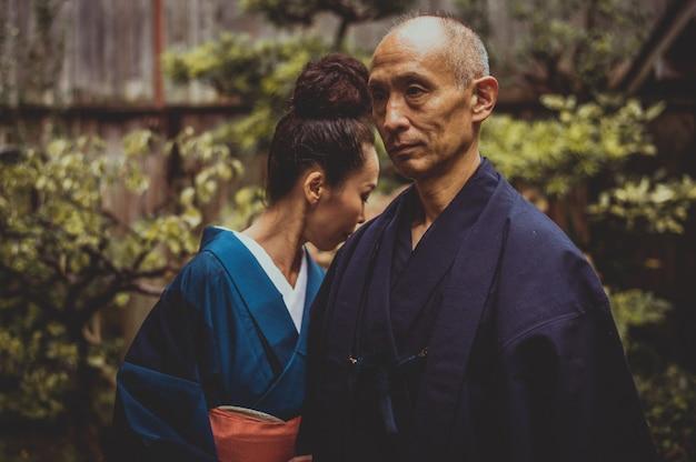 Lifestyle-momente für ältere paare in einem traditionellen japanischen haus