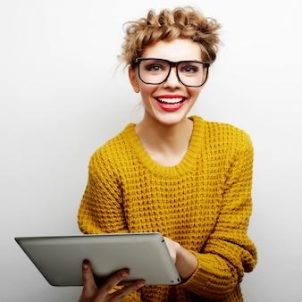 Lifestyle- und people-konzept: glückliches teenager-mädchen mit brille mit tablet-pc-computer