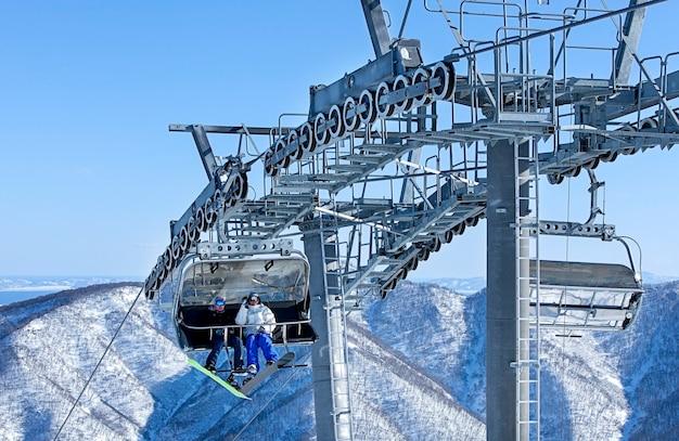 Lift zum skigebiet im winter auf kamtschatka