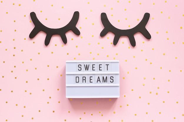 Lightbox-text süße träume und dekorative schwarze wimpern aus holz