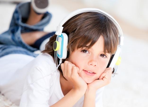 Liitle junge, der musik hört