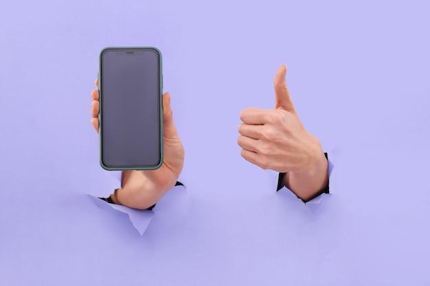 Like und smartphone-kopierplatz auf dem smartphone-bildschirm in trendigem blau