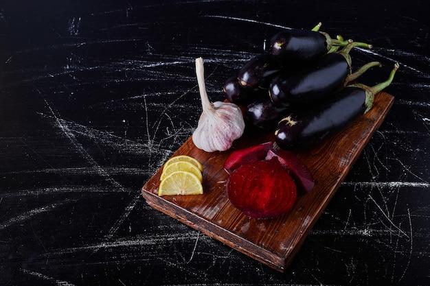 Lila auberginen auf schwarz