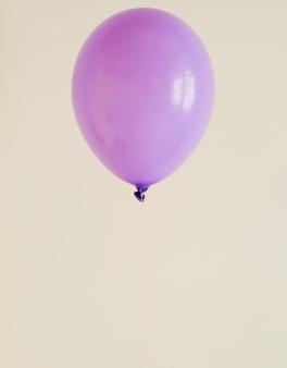 Lila ballon mit textfreiraum