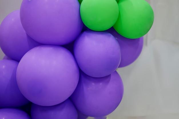 Lila ballon und grüner ballon