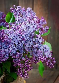 Lila blüten und blätter auf einer vase
