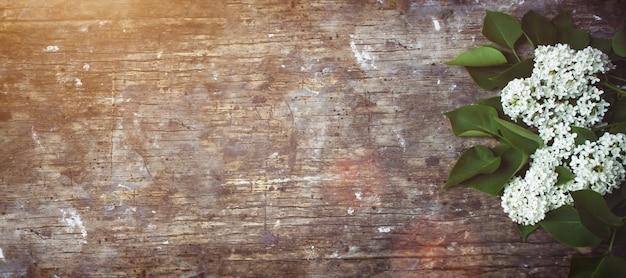Lila blumen auf altem hölzernem hintergrund. platz für text. selektiver fokus.