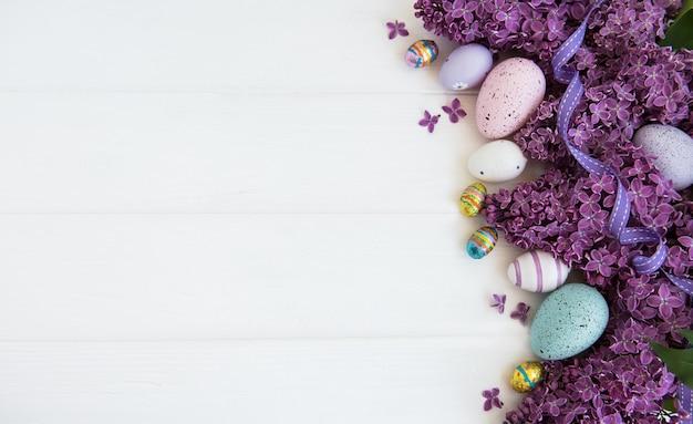 Lila blumen des frühlinges und ostereier
