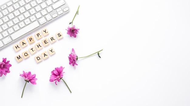 Lila blumen mit happy mothers day inschrift