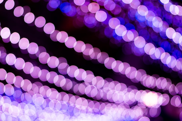 Lila bokeh, erzeugt durch eine reihe lila lichter.