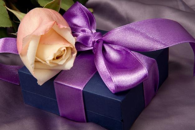 Lila geschenk mit rose