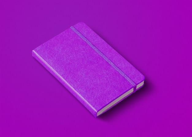 Lila geschlossenes notizbuchmodell auf farbigem hintergrund isoliert
