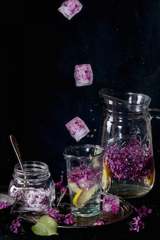 Lila limonadenwasser mit zitrone