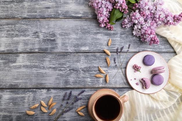 Lila macarons oder macaroons kuchen mit einer tasse kaffee