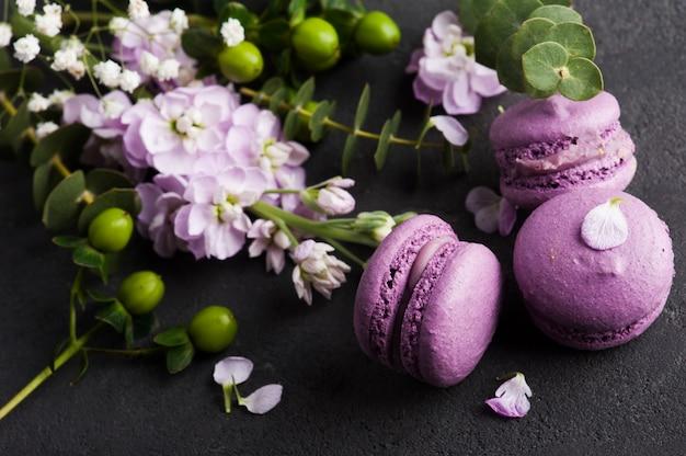 Lila macarons und blumen