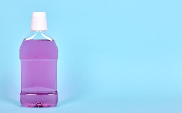 Lila mundwasserflasche, zahngesundheitspflege. isoliert.