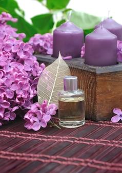Lila parfüm mit blumen