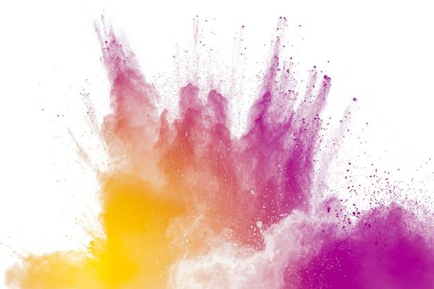 Lila partikel explosion auf weißem hintergrund. einfrieren der bewegung von lila staubspritzer auf hintergrund.