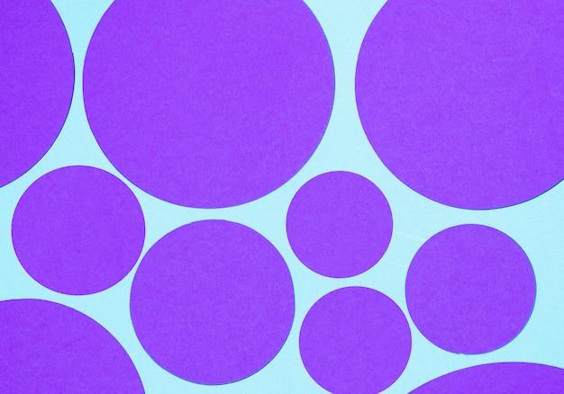 Lila runde geometrische form auf blauem hintergrund