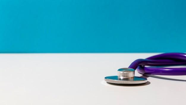 Lila stethoskop auf dem tisch