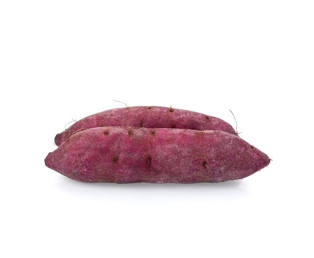 Lila süße süßkartoffeln auf weißem hintergrund.