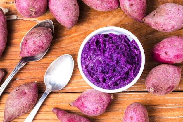 Lila süßkartoffel-brei