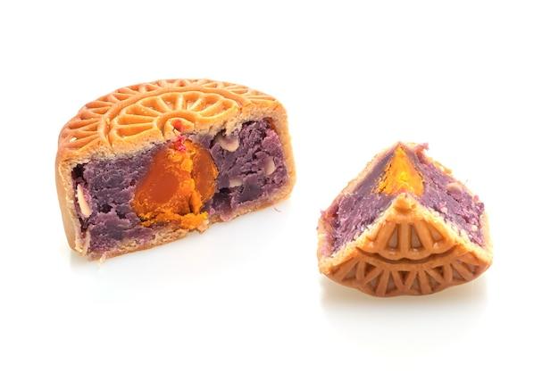 Lila süßkartoffel- und eigelbgeschmack des chinesischen mondkuchens lokalisiert auf weiß