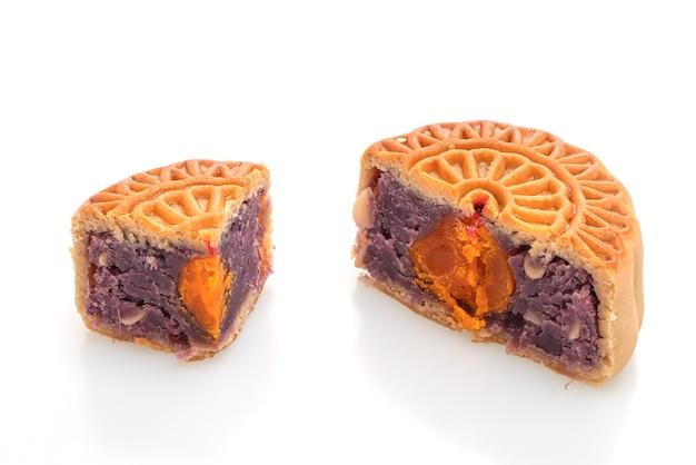 Lila süßkartoffel- und eigelbgeschmack des chinesischen mondkuchens lokalisiert