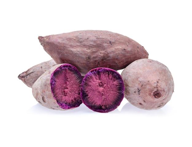 Lila süßkartoffeln auf weißem hintergrund