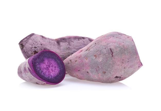 Lila süßkartoffeln isoliert auf weißem hintergrund