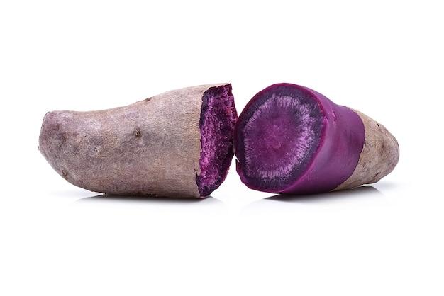 Lila süßkartoffeln isoliert