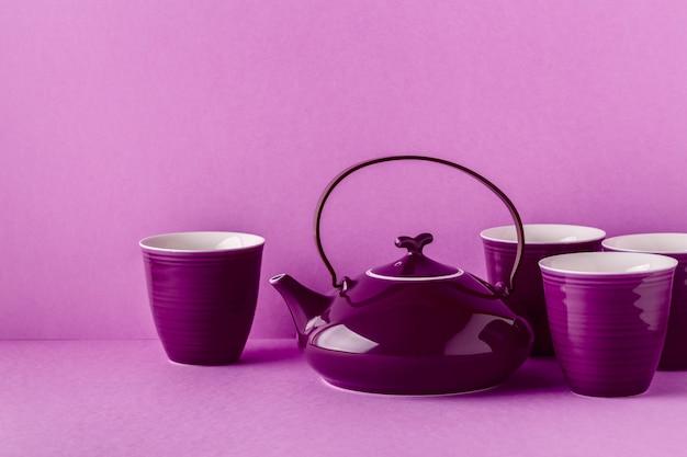 Lila teekanne und tassen nahaufnahme