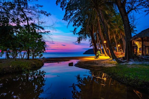 Lila violetter himmel am strand und am meer, in der dämmerungszeit, koh kood, provinz trad, thailand.