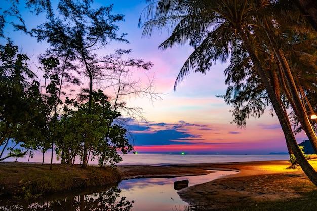 Lila violetter himmel am strand und am meer, in der dämmerungszeit, koh kood