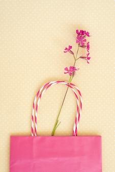 Lila wilde blume, rosa einkaufstasche. konzept der saisonalen sommerrabatte.